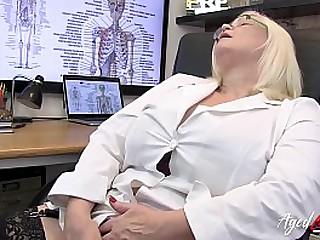 Hot mature therapist enjoyed hardcore bonking